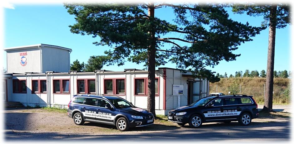 kontoret och bilarna på Din Trafikskola